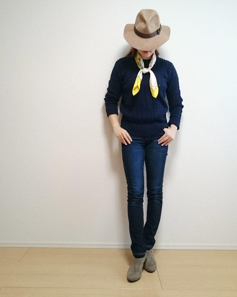 このトップスのセーターはローゲージ~ミドルゲージ