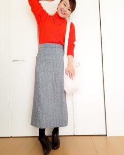 鮮やかな暖色を着るときは、チークを薄めにする。