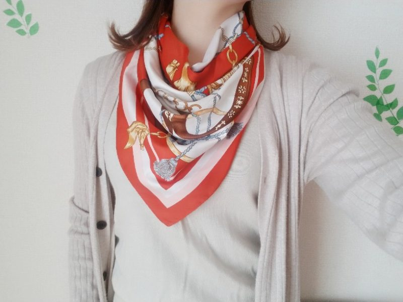 シンプル服もスカーフを足して、イメージチェンジ